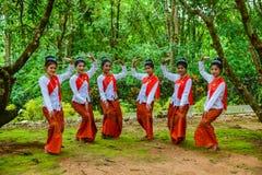 跳舞Beuatiful的十几岁的女孩显示游人 免版税库存照片