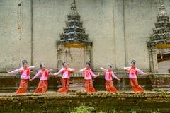 跳舞Beuatiful的十几岁的女孩显示游人 免版税图库摄影