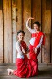 跳舞Beuatiful的十几岁的女孩显示游人 图库摄影