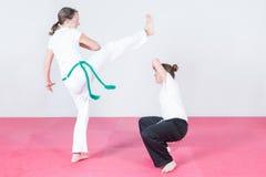 跳舞capoeira的两名妇女 免版税库存图片