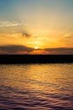 跳船和海鸥在日落 免版税库存图片
