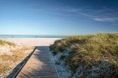跳船和白色沙滩在博恩霍尔姆 免版税库存图片
