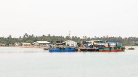 跳船和轮渡对Nainativu Nagapooshani阿曼寺庙- Kayts -贾夫纳-斯里兰卡 免版税库存照片