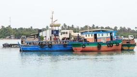 跳船和轮渡对Nainativu Nagapooshani阿曼寺庙- Kayts -贾夫纳-斯里兰卡 库存图片
