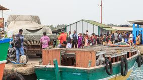 跳船和轮渡对Nainativu Nagapooshani阿曼寺庙- Kayts -贾夫纳-斯里兰卡 免版税库存图片