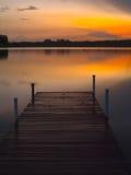 跳船在早晨微明下 免版税图库摄影