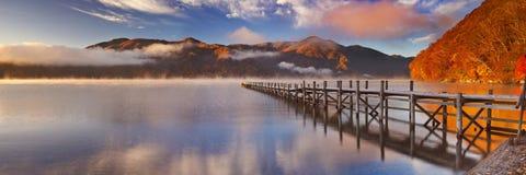 跳船在湖Chuzenji,日出的日本在秋天 免版税库存图片