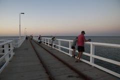 跳船是在晚上钓鱼并且游泳的本机的一个会合点 免版税图库摄影