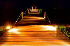 跳船木晚上的场面 免版税库存图片