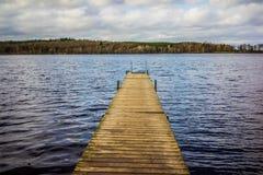 跳船,木码头在白天 免版税库存图片