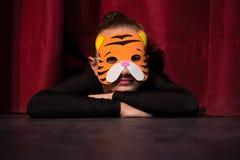 跳芭蕾舞者佩带的面具睡觉 库存照片