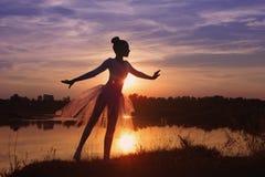 跳芭蕾舞者剪影在户外日落的 库存图片
