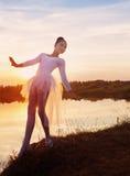 跳芭蕾舞者剪影在户外日落的 免版税图库摄影