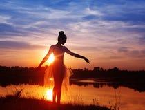 跳芭蕾舞者剪影在户外日落的 库存照片