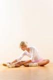 跳芭蕾舞者在倾斜的姿势执行工作室 库存图片