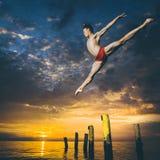 跳芭蕾舞者在天空中 库存照片