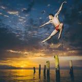 跳芭蕾舞者在天空中 免版税库存图片