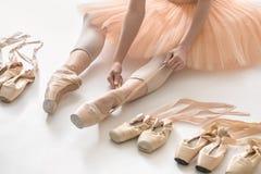 跳芭蕾舞者在演播室 库存照片