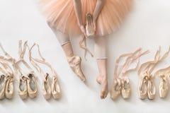 跳芭蕾舞者在演播室 库存图片