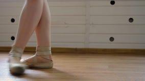 跳芭蕾舞者在pointe的` s腿 股票视频