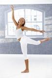 跳芭蕾舞者愉快的姿势 免版税库存图片