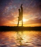 跳芭蕾舞者手倒立一点做 库存照片