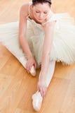 跳芭蕾舞者楼层严重舒展 图库摄影