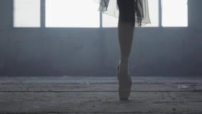 跳芭蕾舞者的美好的亭亭玉立的优美的腿 年轻芭蕾舞女演员的美好的脚pointe鞋子的 芭蕾实践 股票录像
