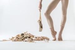 跳芭蕾舞者腿和pointe鞋子 免版税库存图片