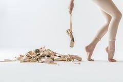 跳芭蕾舞者腿和pointe鞋子 免版税库存照片
