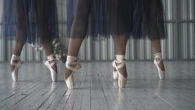 跳芭蕾舞者腿特写镜头在pointe鞋子、贴身衬衣和滤网裙子训练的在木的芭蕾舞蹈艺术屋子 股票视频