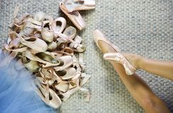 跳芭蕾舞者说谎的尝试的点鞋子 免版税库存照片