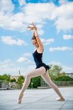 跳芭蕾舞者跳舞室外 免版税库存照片