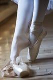 跳芭蕾舞者s脚细节  免版税库存照片