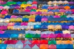 跳蚤市场多个颜色鸟瞰图顶房顶上面 免版税库存图片