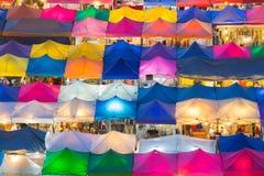 跳蚤市场屋顶上面的多个颜色鸟瞰图  库存图片