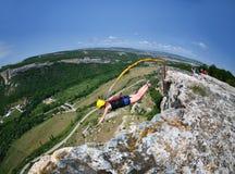 绳索跳跃。克里米亚。Kachy-Kalion。 免版税图库摄影