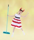 跳跃万圣夜假日的快乐的女孩 免版税库存图片