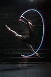 跳跃与一条五颜六色的体操丝带的高兴跳芭蕾舞者 免版税库存照片