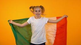 跳跃与意大利旗子,足球迷欢呼的快乐的俏丽的十几岁的女孩 股票录像