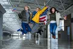 跳跃与旗子的欢腾的游人 库存图片
