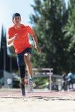 跳跃与腿假肢的残疾人运动员 免版税库存照片
