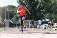 跳跃与腿假肢的残疾人运动员 库存照片