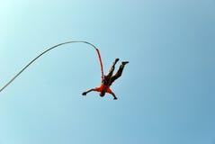 跳跃与绳索的峭壁 激动的小女孩 图库摄影