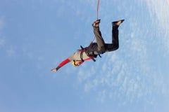 跳跃与绳索的峭壁 免版税库存图片