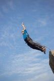 跳跃与绳索的峭壁 图库摄影