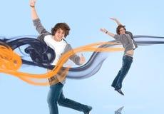 跳跃为喜悦的两同一个年轻人 免版税图库摄影