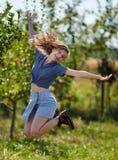 跳跃为喜悦的农夫夫人 库存图片
