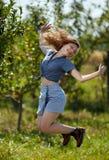 跳跃为喜悦的农夫夫人 免版税图库摄影