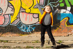 跳跃为喜悦的小男孩 图库摄影